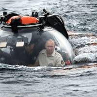 In another he-man stunt, Putin dives in mini-sub to view Crimea shipwreck