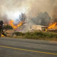 Winds fanning raging, deadly Pacific Northwest forest conflagrations