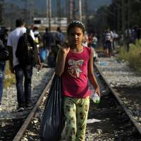 Macedonia blocks 'massive' refugee influx at border with Greece