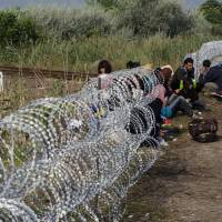 Refugees pour into Hungary from Serbia ahead of razor-wire closure