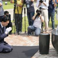 Hatoyama mourns Korean independence activists in Seoul