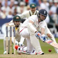 England pounds Australia, closes in on Ashes victory