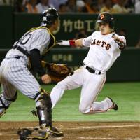 Giants use 12-run inning to rout first-place Tigers