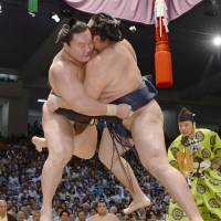 Hakuho poised to tie Takanohana record