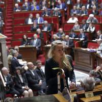 French lawmakers struggles with decision to join U.S. airstrike campaign on Islamic State