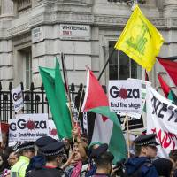 Sides clash outside Downing St. as Netanyahu arrives in U.K., slams Iran nuke deal