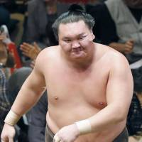Hakuho crashes to stunning opening defeat at Autumn basho