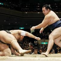 Kisenosato remains in three-way tie for lead