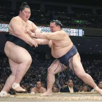 Terunofuji maintains top spot