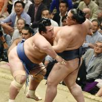 Terunofuji keeps lead