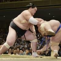 Terunofuji edges closer to taking Autumn Basho