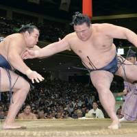 Kakuryu pulls ahead of pack