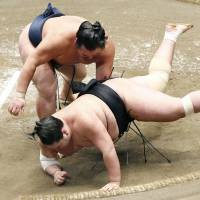 Kakuryu beats Terunofuji in playoff to win Autumn Grand Sumo Tournament