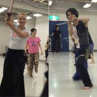 [VIDEO] Female exercisers in Tokyo get fit by taking a swing at katana swordplay