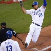 Royals pounce on Jays error to win Game 2