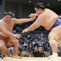 Hakuho stays perfect