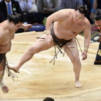 Hakuho survives scare to remain unbeaten