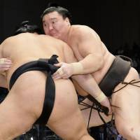 Hakuho stays perfect; Harumafuji keeps close