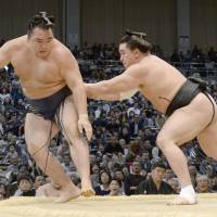 Harumafuji takes lead as Hakuho loses again