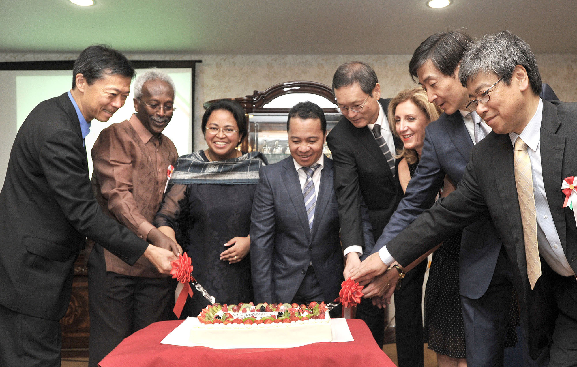 Madagascar Charge d' Affaires a.i. Rosette Rasoamanarivo (third from left) and her spouse Michael Rajoharimanana (fourth from left) are joined by, from left, Ministry of Foreign Affairs Director-General for African Affairs and Ambassador Norio Maruyama; Djibouti Ambassador Ahmed Araita Ali; Ministry of Foreign Affairs TICAD Ambassador Junzo Fujita; General Delegate of the Government of Quebec to Tokyo Claire Deronzier; Japanese Ambassador to Madagascar Ichiro Ogasawara; and JICA Africa Department Director-General Hideo Eguchi, in a cake-cutting ceremony during a reception to celebrate the country's 56th Independence Day at the embassy on June 26. | YOSHIAKI MIURA