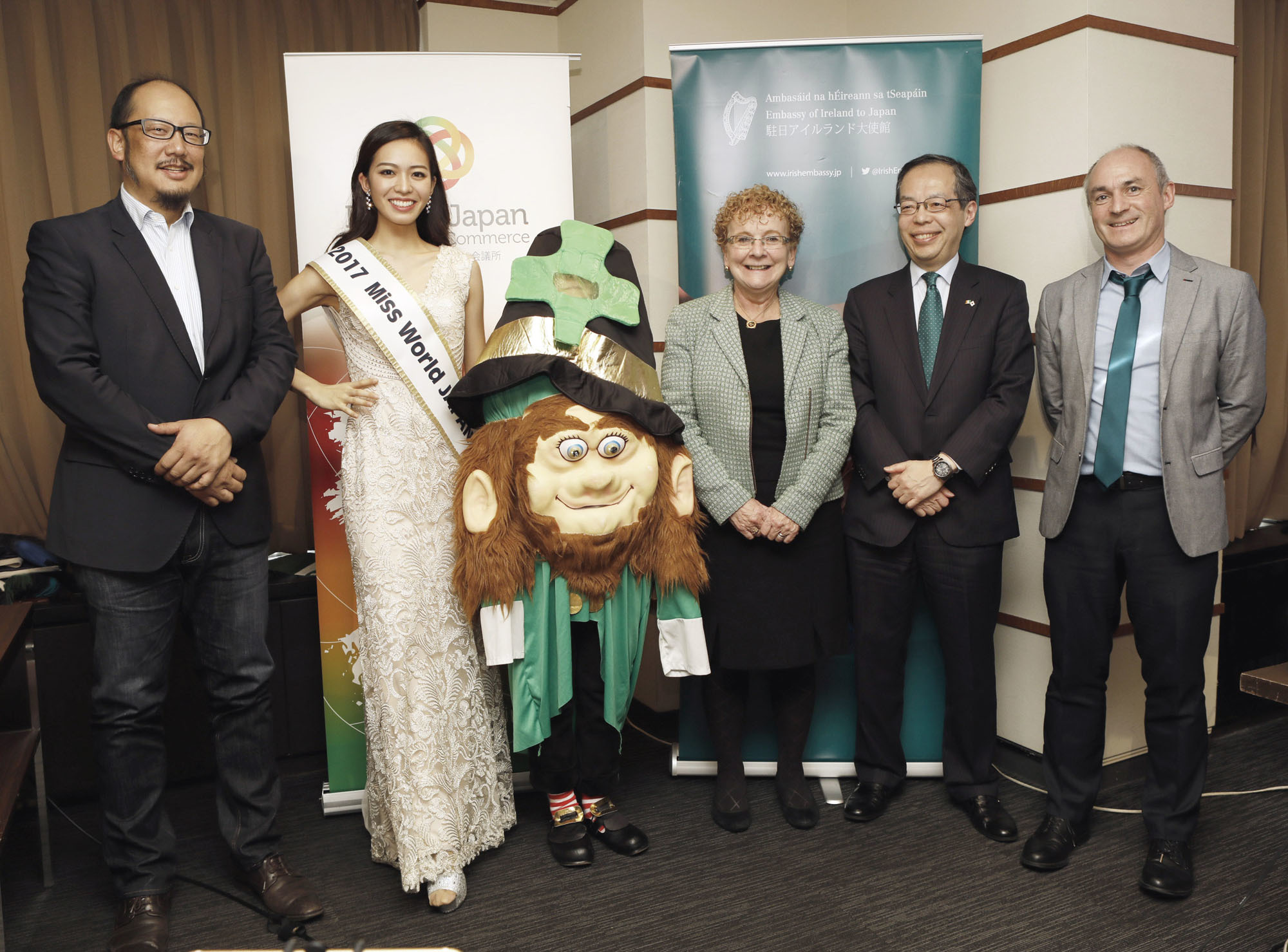 Irish Ambassador Anne Barrington poses for a photograph with (from left) Hakuei Kosato of La Ditta Japan, Miss World Japan Haruka Yamashita, Yoshiro Tsuchiya of the Ireland-Japan Chamber  of Commerce and Declan Somers, chairperson of Irish Network Japan after the launch of the Saint Patricks Day Festival in Japan 2018 at the Foreign Correspondents' Club      of  Japan on Feb. 16.      photo courtesy of The irish embassy |