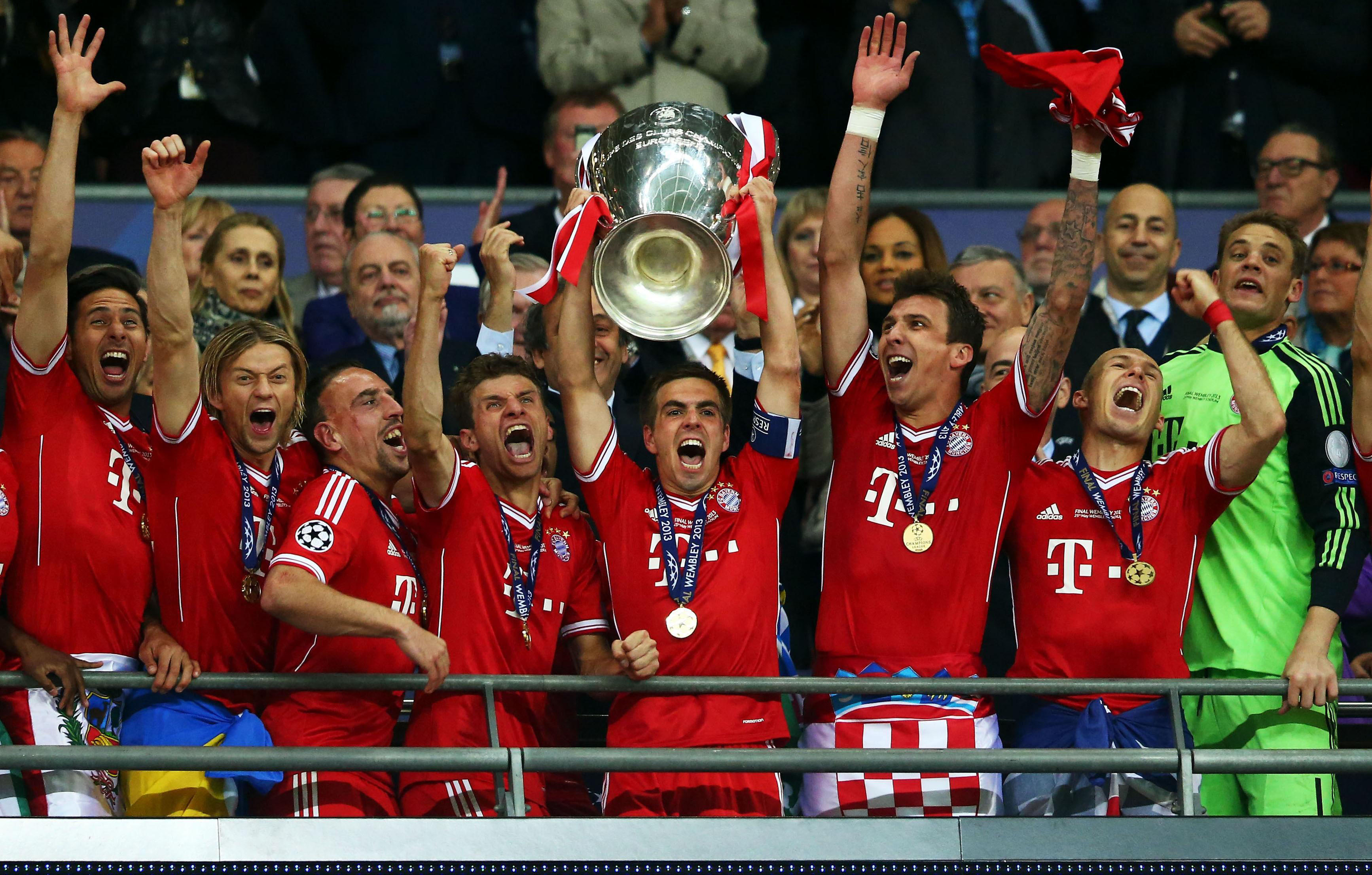 Phillip Lahm lifts the trophy for the Bavarians at Wembley back in 2013, beating Dortmund 2-1 after Full time. They are again favorites for this season.