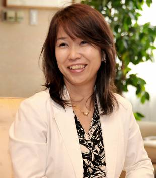 Sayuri Daimon, managing editor of The Japan Times: Upon graduating from Sophia University, she joined The Japan Times in 1991. Since then, she has covered various fields as a staff writer, ranging from politics to business. She worked her way to higher positions before becoming managing editor in October 2013. In 2000, she won the Nieman fellowship at Harvard University. She has also authored several books including