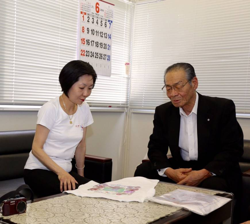 Celia Dunkelman in consultation with Tadashi Saito, mayor of Watari, Miyagi Prefecture.