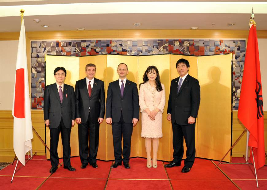 The minister of foreign affairs of the Republic of Albania, Ditmir Bushati (center), poses with (from left) Diet Member Kazuyuki Hamada, Albanian Ambassador Bujar Dida, Honorary Consul of Albania in Japan Kyoko Spector, and Diet Member and Chairman of the Japan-Albania Parliamentary Friendship Association Hiroshi Hase at a welcome reception for Bushati at the Hotel Okura in Tokyo on April 6.