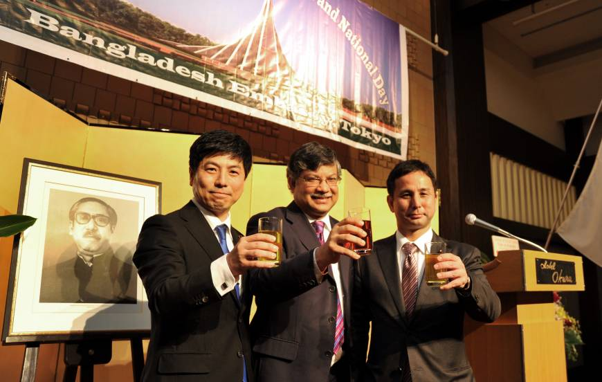 Bangladesh Ambassador Masud Bin Momen (center) shares a toast with Kazuyuki Nakane, parliamentary vice-minister for foreign affairs (left), and Kiyohiko Toyama, vice president of the Japan-Bangladesh Parliamentarians' League at a reception to celebrate the country's 44th Anniversary of Independence and National Day at the Hotel Okura in Tokyo on March 26.