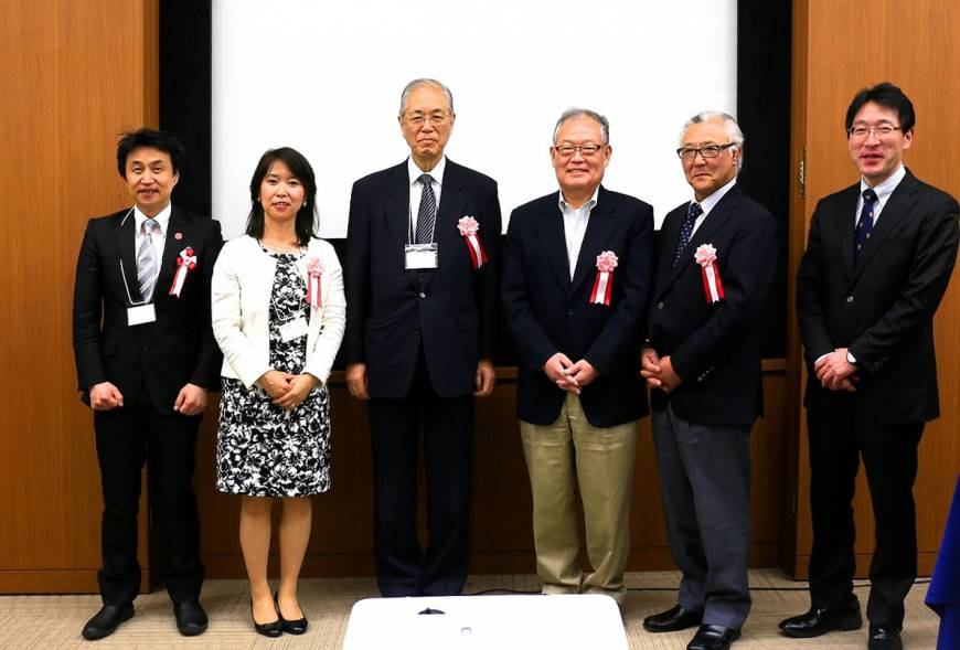 Speakers at English Conference 2015 (from left) Tetsuya Yasukochi, representative director of the Practical English Promotion Systems Foundation; Sayuri Daimon, managing editor of The Japan Times; Ikuo Koike, professor emeritus at Keio University and Meikai University; Norio Murakami, president of Norio Murakami Office Co.; Meiji University professor Kosaku Dairokuno; and education ministry official Hideaki Kogo pose for a photo at the conference, held to mark the launch of the Association for Conversational English, at the International House of Japan in Tokyo on May 5.