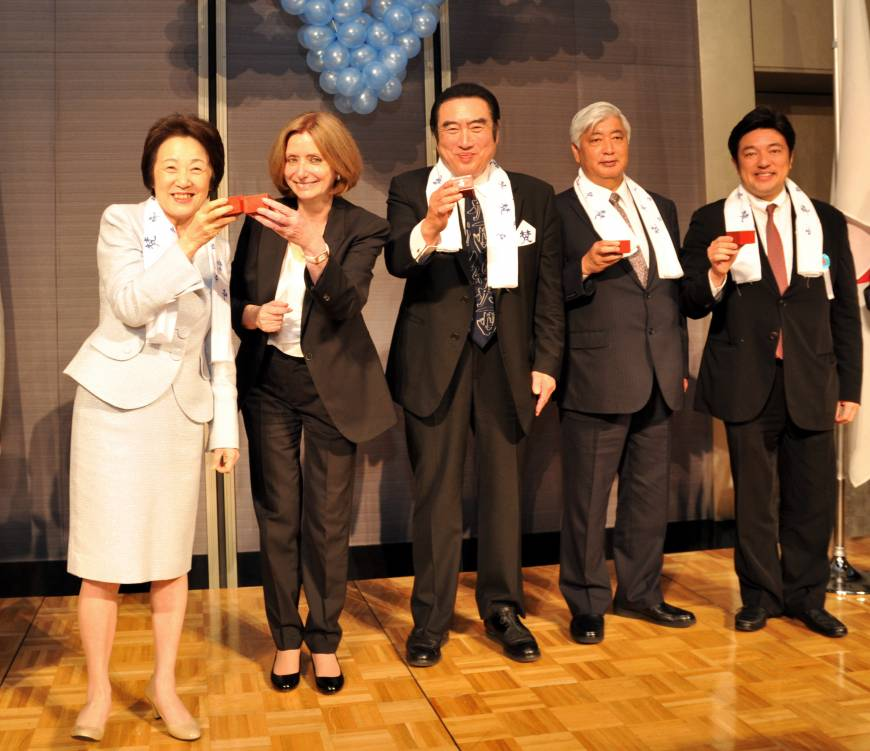 Israel Ambassador Ruth Kahanoff (second from left) shares a toast with (from left) Eriko Yamatani, chairperson of National Public Safety Commission; Atsuhide Kato, head of Katoukichibee Shouten Co.; Defense Minister and Chairman of the Japan-Israel Parliamentary Friendship League Gen Nakatani; and Yasuhide Nakayama, state minister for foreign affairs, at a reception for Israel's 67th Independence Day at the Capitol Hotel Tokyu on April 23.