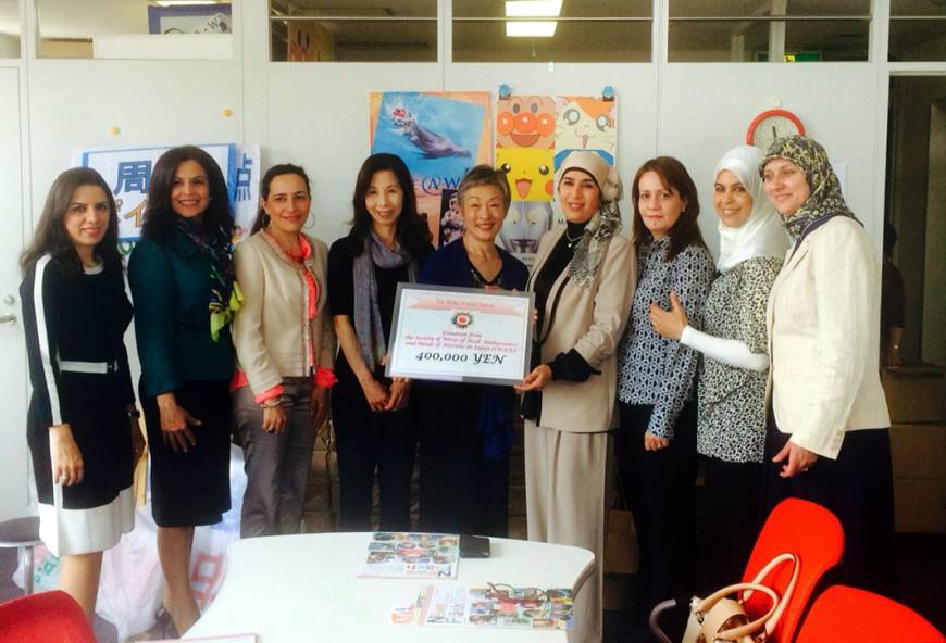 Jamila Al-Suwaidi (fourth from right), wife of the Ambassador of Qatar and President of the Society of Arab Ambassadors and Heads of Missions in Japan (SWAAJ), and other SWAAJ members present Make a Wish General Manager Hisako Ohno (center) and Make a Wish staff member Tomoko Suzuki (fourth from left), a donation for ¥400,000 from the proceeds of the 2015 Arab Charity Bazaar at a ceremony at the Make a Wish Japan office in Tokyo on May 12, to support children with life-threatening medical conditions.
