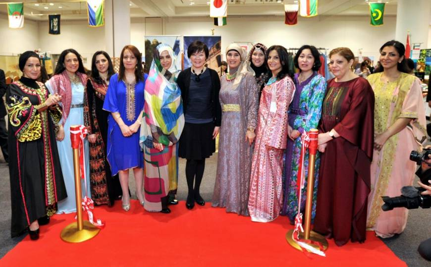 The 17th Arab Charity bazaar, organized by the Society of Wives of Arab Ambassadors and Heads of Missions in Japan (SWAAJ), was held at the Izumi Garden Gallery in Tokyo on April 12. Prime Minister Shinzo Abe's wife Akie (sixth from left), SWAAJ President Jamila Al-Suwaidi (sixth from right) of Qatar and Vice President Samira Ali Abdelaziz (fifth from left) of Sudan, and other SWAAJ members pose after the ribbon-cutting.