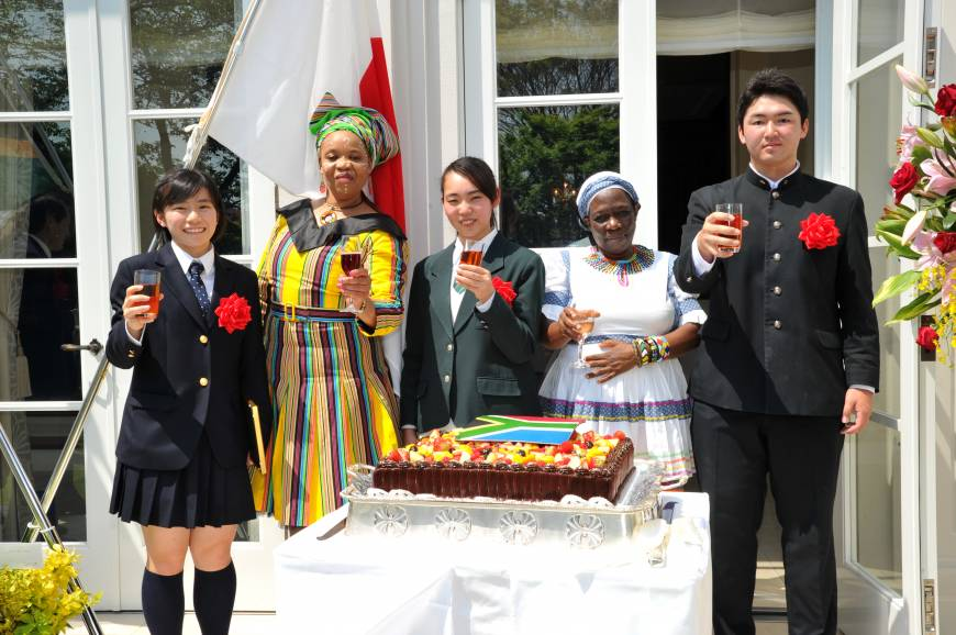 South African Ambassador Mohau Pheko (second from left), Minister Plenipotentiary Nosicelo Mbele (second from right) share a toast with three high school essay contest winners (from left) Karin Hiramatsu, Kyoko Ishiguro and Hikaru Ito, during a reception to celebrate the country's National Day at the official residence in Tokyo on April 27.