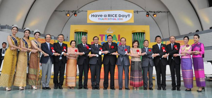 hai Deputy Prime Minister and Foreign Minister (ninth from left) Tanasak Patimapragon, poses with (to his left) Thai Ambassador to Japan Sihasak Phuangketkeow and (to his right) former Prime Minister Yasuo Fukuda and others during the opening ceremony of the Thai Festival 2015,