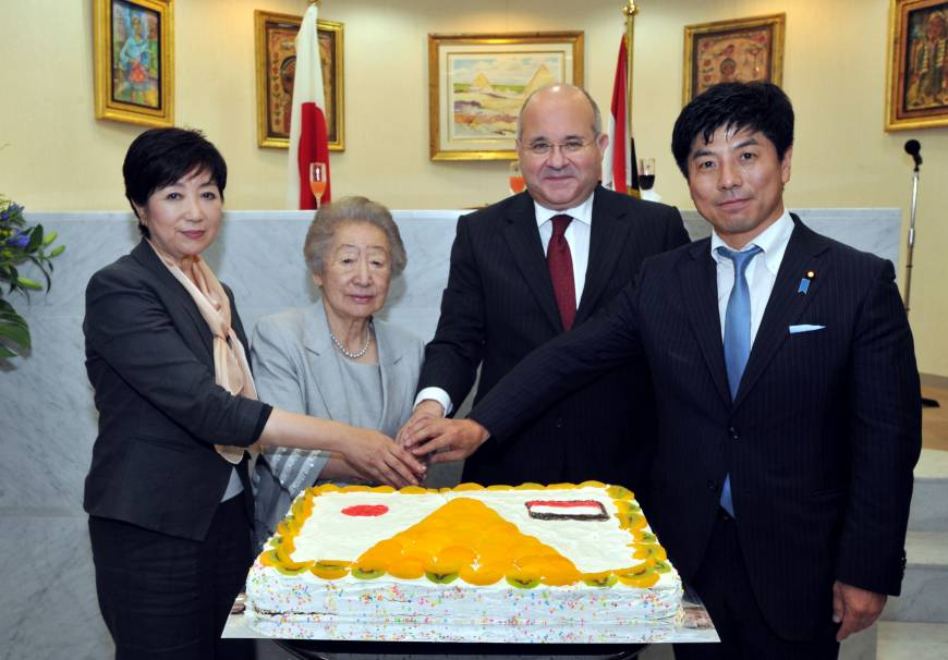 Egyptian Ambassador Ismail Khairat (second from right) participates in a cake-cutting ceremony with (from left) Yuriko Koike, chairman of Japan-Egypt Parliamentarians Friendship League, Special Advisor to the JICA President Sadako Ogata (former president of JICA and UNHCR) and Parliamentary Vice-Minister for Foreign Affairs Kazuyuki Nakane during a reception to celebrate Egypt