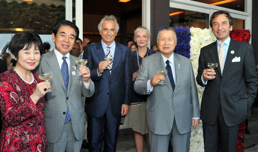 French Ambassador Thierry Dana (right) and his wife Florence Godfernaux (third from right) prepare for a toast with (from left) former Vice President of the House of Councilors Akiko Santo, Education, Culture, Sports, Science and Technology Minister Hakubun Shimomura, Vahid Halilhodzic, head coach of the Japanese national soccer team, and former Prime Minister Yoshiro Mori, during a reception celebrating the country