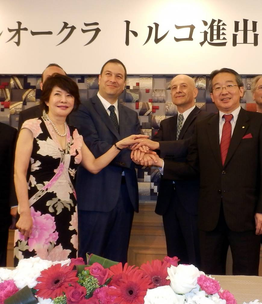 From left, Mieko Wanibuchi, chairman of MSIC; Murat Sarayli; vice president of Sarayli Turizm A.S.; Olcay Ungun, chief operating officer of Ungun Holding; and Toshihiro Ogita, president of Hotel Okura Co., join hands at a news conference at the Hotel Okura Tokyo on June 8 to announce the planned opening of a new Okura hotel in Cappadocia, Turkey, in 2017. Okura established a joint venture with local partners in Istanbul on Feb. 13, with plans to open hotels in Istanbul, Ankara and other major cities in Turkey.