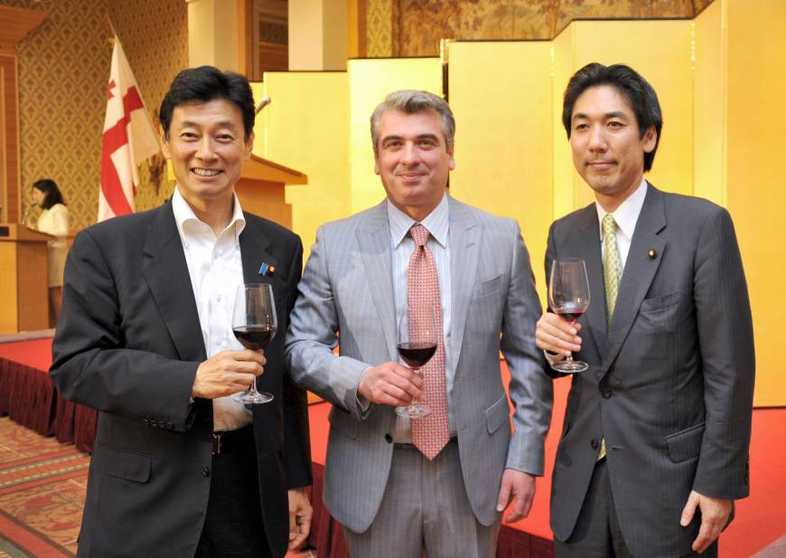 Georgia Ambassador Levan Tsintsadze (center) welcomes, from left, Yasutoshi Nishimura, secretary-general of the Japan-Georgia Parliamentary Friendship League, and Minoru Kiuchi, state minister for foreign affairs, during a reception to celebrate the country