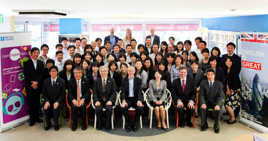 British Ambassador Tim Hitchens (front row, center), Shinjiro Komatsu, director-general, Elementary and Secondary Education Bureau, Ministry of Education, Culture, Sports, Science and Technology (MEXT) (third from left, front row), Jeff Streeter, director, Japan, British Council (second from right, front row) and about 50 English teachers from junior high schools around Japan gathered at the British Council Office in Tokyo on May 27. The Ambassador and MEXT officials observed British Council trainers delivering MEXT