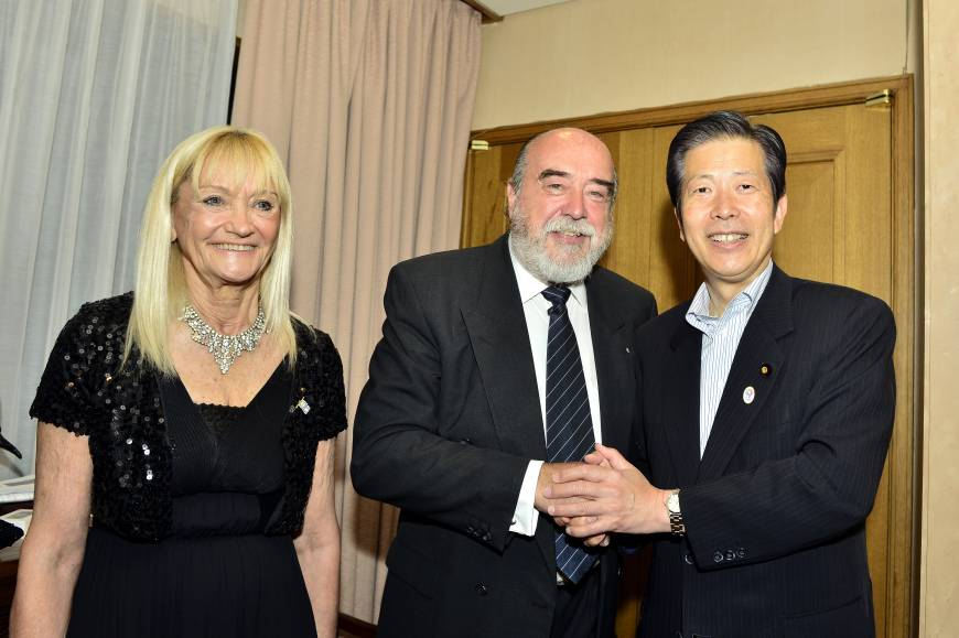 Argentine Ambassador Raul Dejean (center) and his wife Teresa welcome Natsuo Yamaguchi, leader of Komeito during a reception to celebrate the country