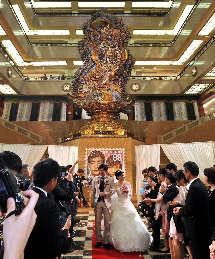 Sponsored by Brideal, The Summer Magokoro Wedding took place in front of a Magokoro (goddess of sincerity) statue, which symbolizes the basic philosophy of Mitsukoshi. The couple chosen for the event, Kazuya Fukushima & Rie (Oka), were married in front of about 50 friends and relatives and about 450 members of the public at Mitsukoshi's Nihombashi Flagship Store, on Aug. 8.