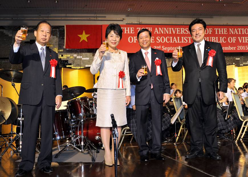 Vietnam Ambassador Nguyen Quoc Cuong (third from left) prepares to toast with, from left, Chairman of the General Council of the LDP and the Japan-Vietnam Parliamentary Friendship Alliance Nikai Toshihiro, Justice Minister Yoko Kamikawa and State Minister for Foreign Affairs Yasuhide Nakayama during a reception to celebrate the 70th anniversary of Vietnam