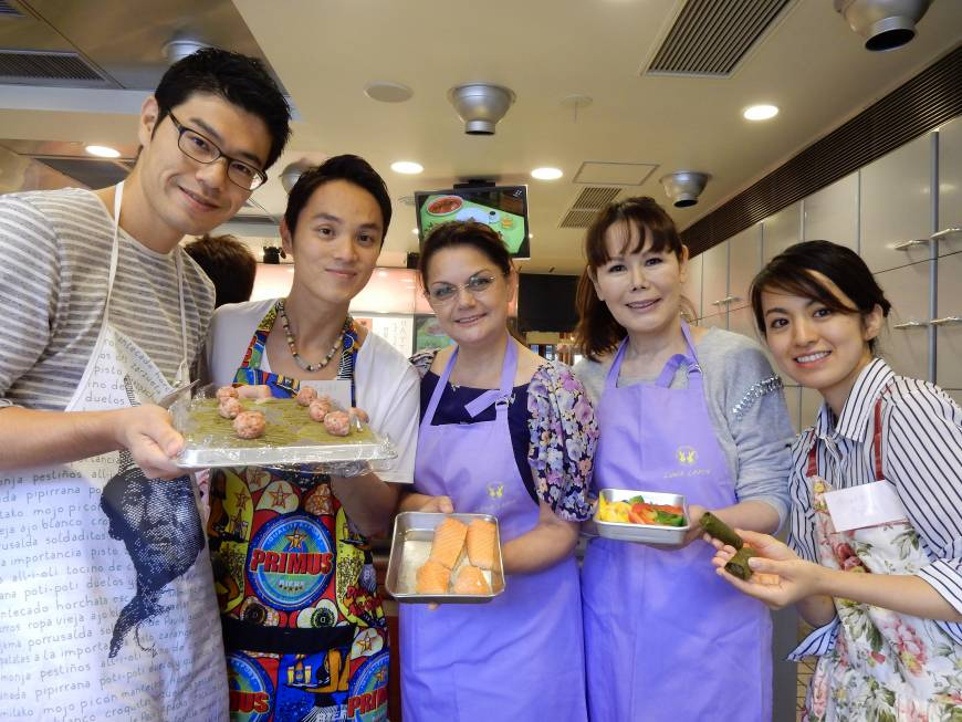 Reko Dida (center), the wife of the Albanian Ambassador, and Honorary Consul of the Republic of Albania Kyoko Spector (second from right) pose with students during a lesson on traditional Albanian cuisine at Hattori Nutrition College in Tokyo on Sept. 5.