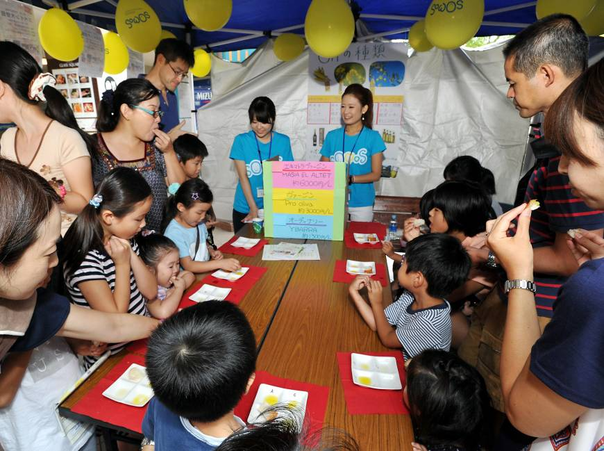Children taste olive oil at the Spanish embassy booth. Other supporting countries were Australia, Belgium, Brazil, Colombia, Egypt, Indonesia, Poland, Philippines and Thailand. The event was organized by SOMOS International School.