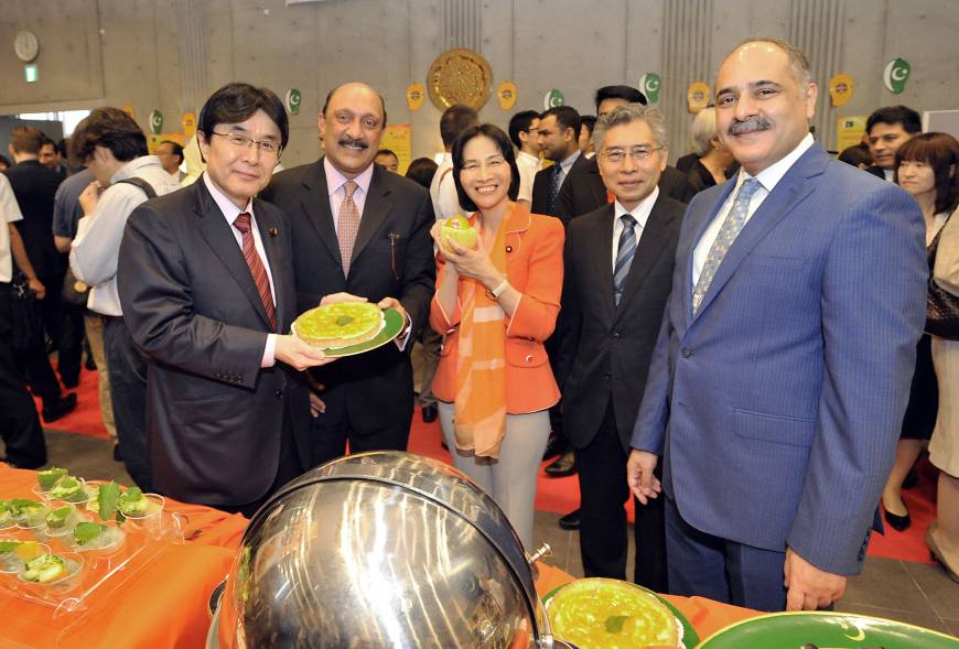 From left, House of Councilors member Kazuyuki Hamada; CEO of Fauji Fertilizer Corp. Shafqaat Ahmed; former Justice Minister Midori Matsushima; Ministry of Foreign Affairs Chief of Protocol Kaoru Shimazaki; and Pakistan Ambassador Farukh Amil attend the Mango Mania Festival 2015, which celebrates the arrival of Pakistani Mangoes in Japan, at the Pakistan embassy on Sept. 7.