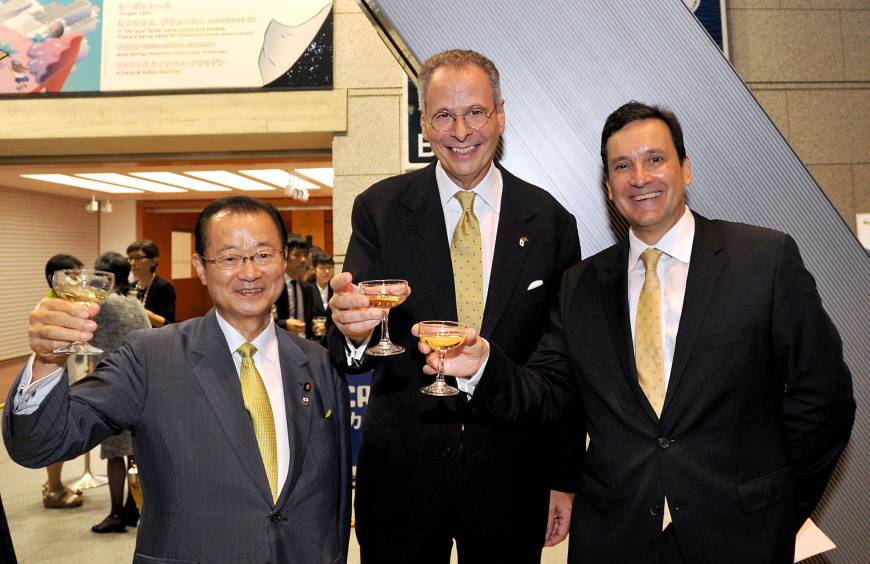 Brazilian Ambassador Andre Aranha Correa do Lago (center) raises a glass with Secretary-General of the Japan-Brazil Parliamentary Friendship League Takeo Kawamura (left), and Chairman of the Chamber of Commerce of Brazil in Japan Marcos Turini, during a reception to celebrate the country