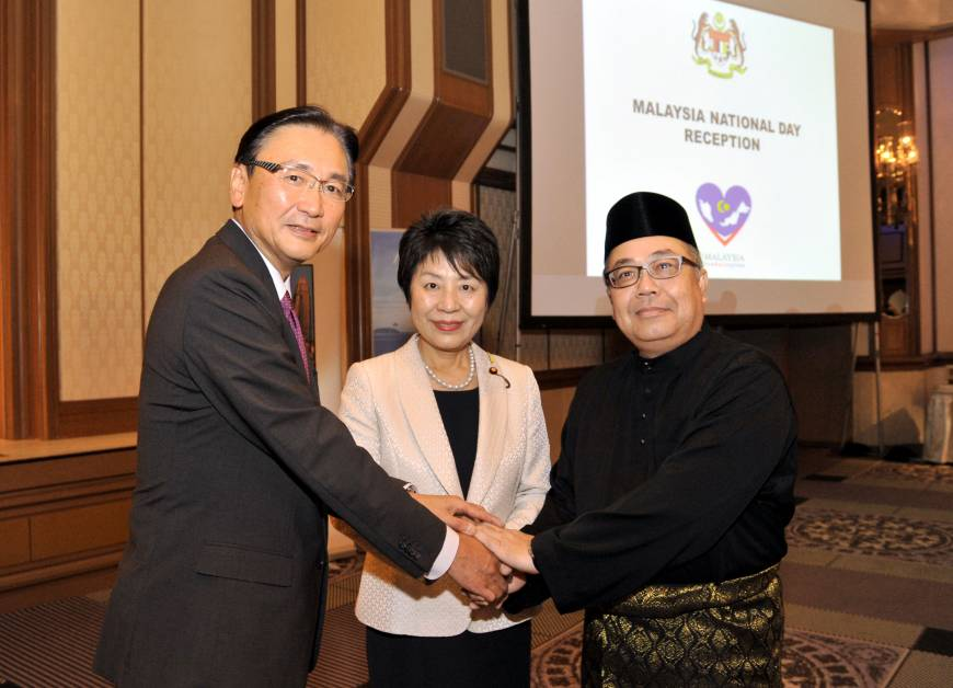 Malaysian Ambassador Ahmad Izlan Idris (right) joins Chairman of the Japan-Malaysia Parliamentary Friendship League and former National Public Safety Commission Chairman Keiji Furuya (left) and  Justice Minister Yoko Kamikawa (center) during a reception to celebrate the country