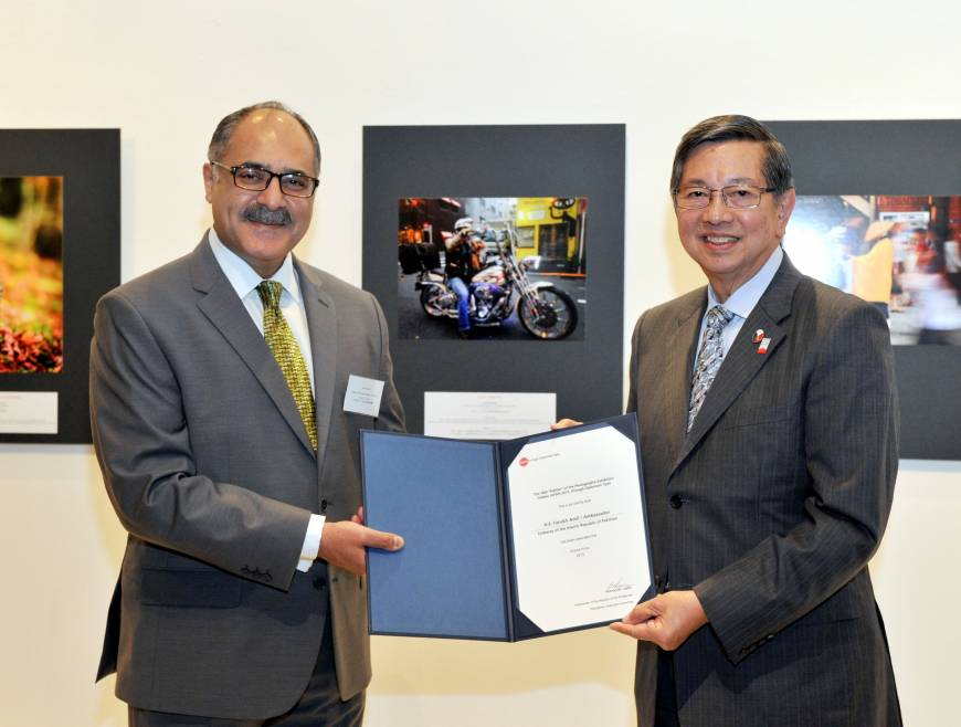 Ambassador of Pakistan Farukh Amil receives the Grand Prize from Ambassador of the Philippines and Chairperson of the Executive Committee Manuel M. Lopez.